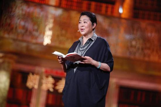 倪萍在《朗读者》节目中含泪读《姥姥语录》