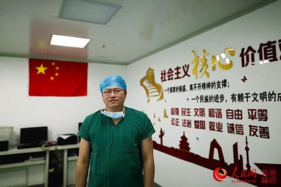 3月7日,北京援疆医师邱智在和田区域人民医院准备为患者手术。