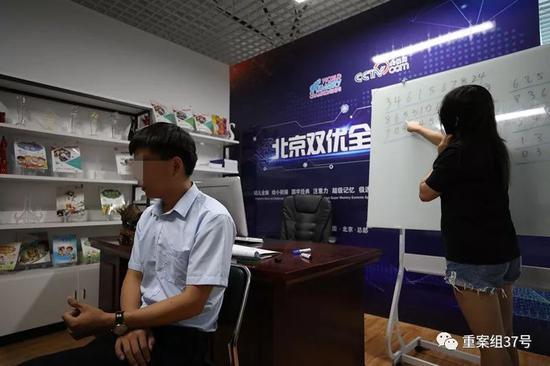 ▲该机构教师在为记者展示速记一连串不规律数字。新京报记者 王飞 摄