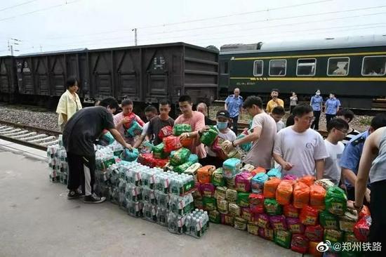 滞留旅客排队领取物资(来源:郑州铁路)