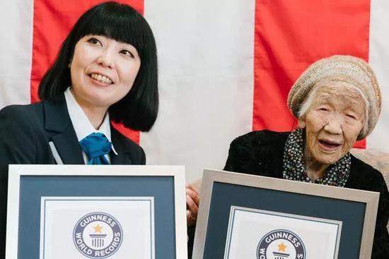 吉尼斯世界纪录组织工作人员与田中加子