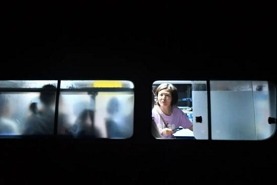 群众乘坐救护车转移(来源:新华社 李嘉南 摄)