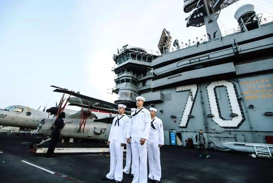 """▲资料图片:2018年3月5日,越南岘港,美军航母""""卡尔文森""""号停靠越南岘港市。"""