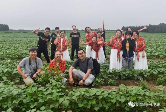 三位记者与洮宝大学生们在田间劳动后留影。 本报记者许畅 摄