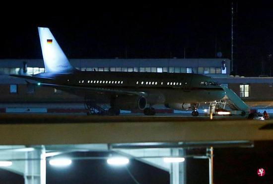 默克尔乘坐的飞机迫降在德国机场(新加坡《联合早报》)