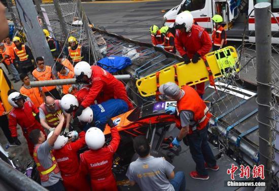 11月18日,澳门格兰披治大赛车赛事第四日,在三级方程式赛事中,其中一架赛车失控撞上记者台。车手在被救出时仍然有反应,另外两名工作人员及一名在台上的记者受伤,需要送院救治。中新社记者 麥尚旻 摄