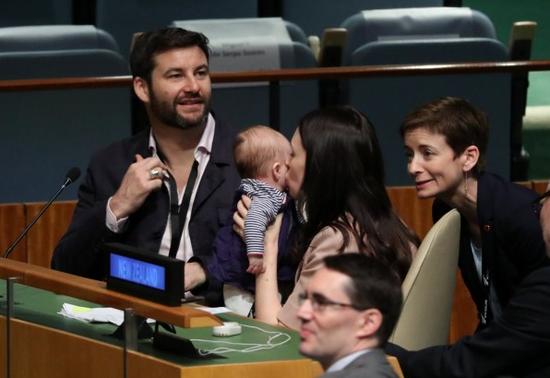新西兰女总理带娃上联大 会议室换尿布吓傻日代表