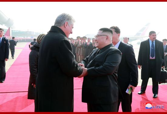 金正恩与迪亚斯-卡内尔热情握手。(朝中社)