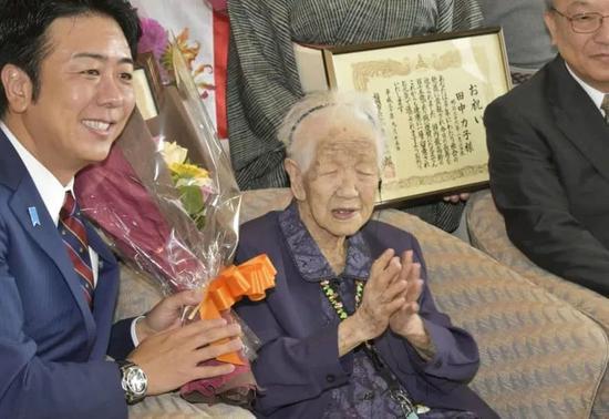 福冈市长向田中加子献花束