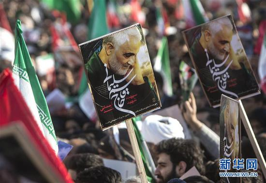 1月6日,伊朗民众为苏莱曼尼送行 图片来源:新华网