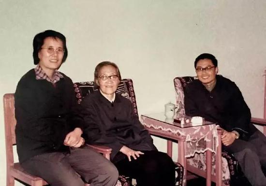 段存华(左)及当年理论组的同事与王承书(中)合影。