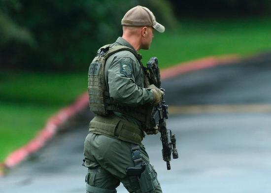荷枪实弹的警员到场。(图:美联社)
