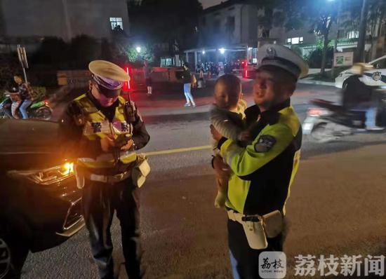 有一个酒驾和交警【男子抱婴儿开车还酒驾 交警:你不是个合格的父亲】