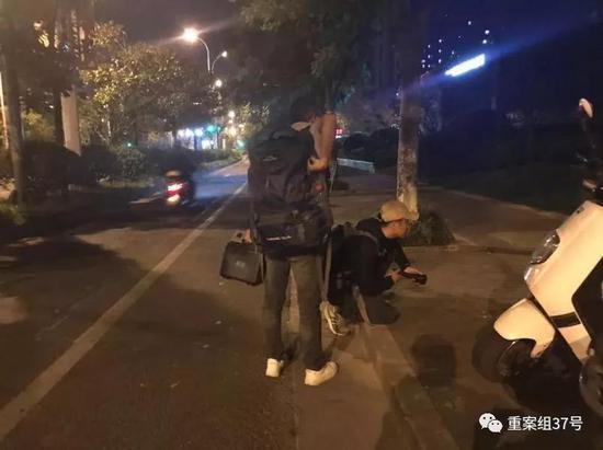 ▲找猫的时候发现了另一只小野猫,两人尝试救助。新京报记者 祖一飞 摄