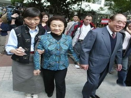 郭婉华(左二)和郝伯村(右)(来源:台湾媒体)