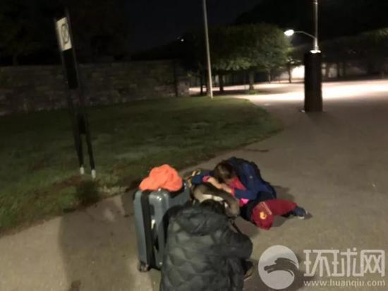 曾先生及父母被瑞典警察扔在路边。