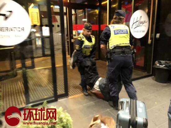 中国游客曾先生的父亲被瑞典警察拖出酒店。