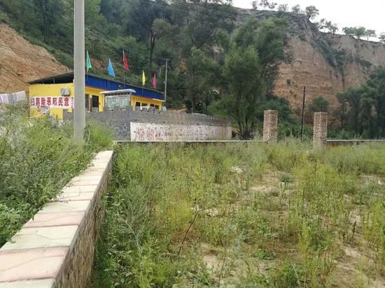 """某村要硬化广场,村干部说""""这周拔草,下周硬化""""。村民们一年拔了7次草,但至今盼不来硬化施工。"""