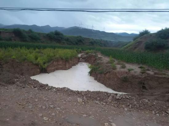 某乡在泄洪道上拦腰筑坝修路,由于没有涵洞,路每年都被冲断两三次。