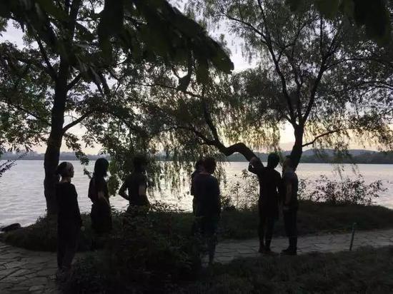 周润发在杭州西湖跑