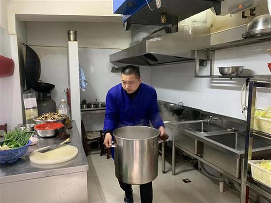 杜军现在打两份工,上午在汉口水塔街华中社区食堂做事。受访者供图