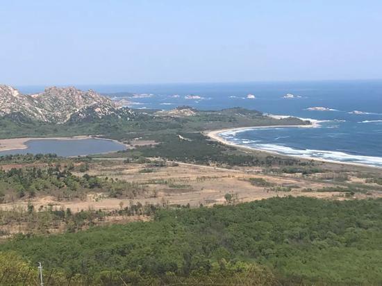 站在金刚山瞻望台远眺朝鲜境内的海金刚景致。新华社记者陆睿摄