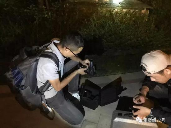 ▲9月25日晚,孙锦荣和宏宏在整理寻猫用的设备。新京报记者 祖一飞 摄