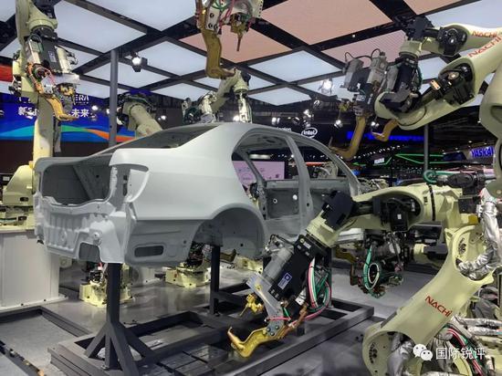 """(图为那智不二越""""SRA系列""""机器人高密度汽车点焊生产线 刘冬 摄)"""