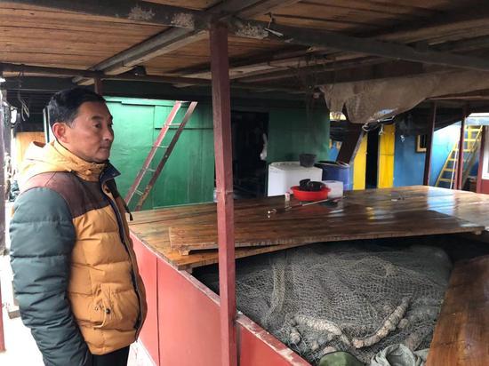 """1月1日,洞庭湖渔民向记者展示他们曾经用过的""""迷魂阵""""。禁渔后,所有渔网都已收到船上。新京报记者韩沁珂摄"""