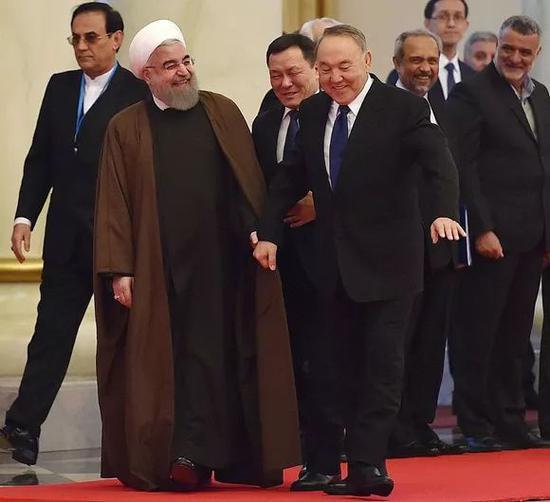 2016年12月22日,伊朗总统鲁哈尼访问哈萨克斯坦,和纳扎尔巴耶夫相谈甚欢(图片来源:视觉中国)