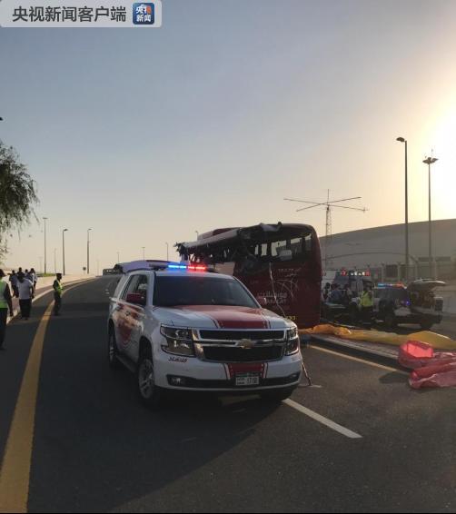 △迪拜警方在事故现场(图片来自迪拜警方的社交媒体网站)