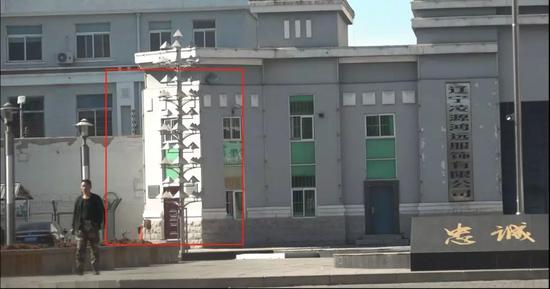 红框处即为从凌源第三监狱外进会见室的入口。新京报记者孙旗摄