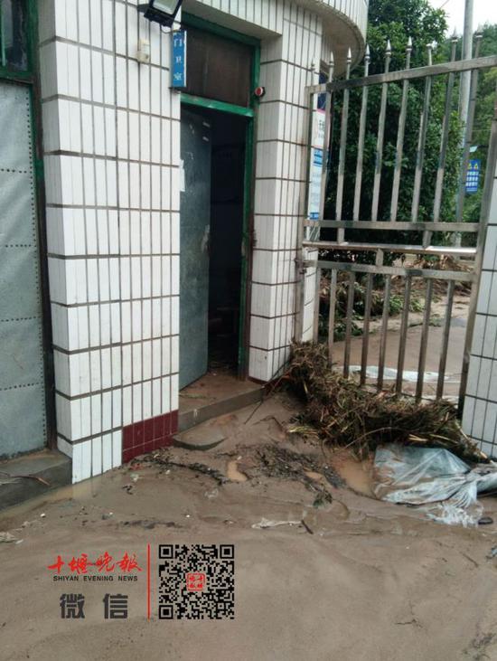 洪水过后,校门口的门卫室