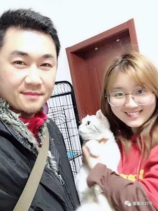 ▲寻猫成功后,孙锦荣和猫主人合影留念。受访者供图