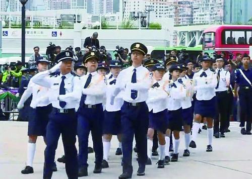升旗礼上采用中式步操的青少年团体行进中。