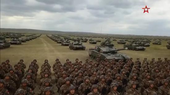 """感受""""钢铁洪流"""" 普京检阅解放军重装部队(图)"""
