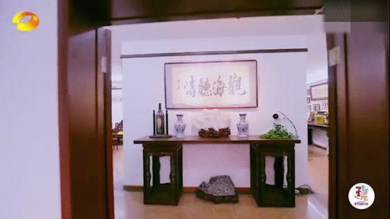 赵忠祥豪宅为中式装修,古色古香,客厅挂着《观海听涛》的字画。