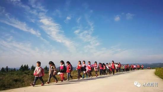 2018年6月5日,贵州省黔南州龙里县,金谷小学的留守儿童放学回家。(资料图片)视觉中国供图