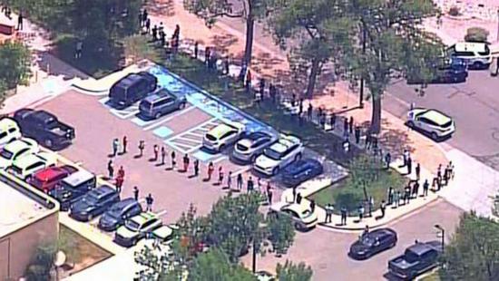 △枪击事件发生后,学生家长在学校外排队接回学生(图片来源:美国广播公司)