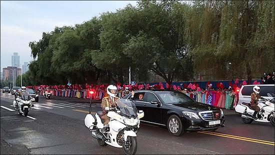 文在寅夫妇前往平壤机场,民众夹道欢迎。