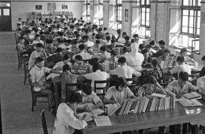 △1959年,学生们在西迁后的交大校园图书馆阅览室内学习。