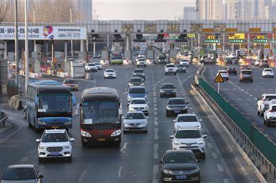 昨日下午5时,京藏高速清河收费站进京方向车流行驶通畅。新京报记者 王贵彬 摄