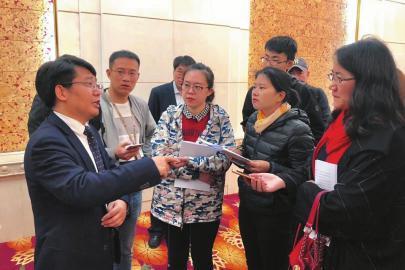 本报记者正在采访教育厅厅长邓云锋 教育厅供图