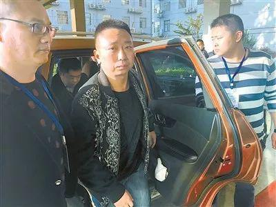 图为2018年10月31日早7时,吴云被办案人员押解回资阳区。(资料图片)