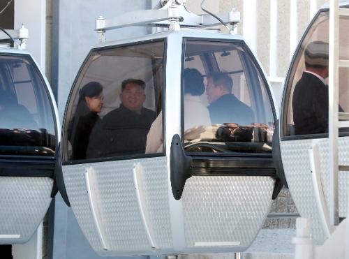 文在寅夫妇和金正恩夫妇乘坐缆车。