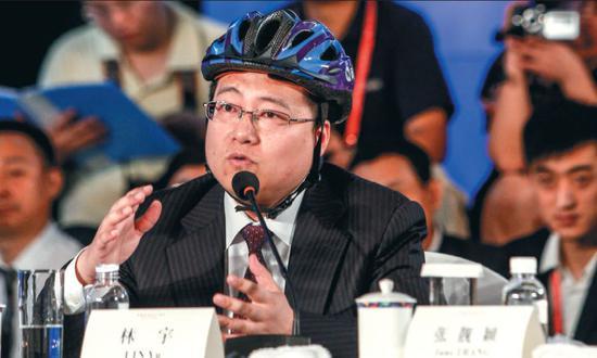 ▲网秦创始人林宇经常头戴安全帽出席会议。图/视觉中国