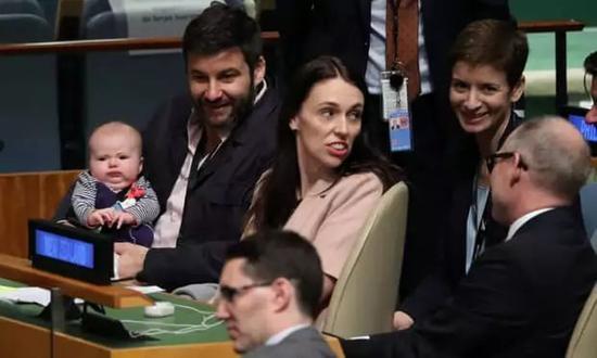 女总理带娃出席联合