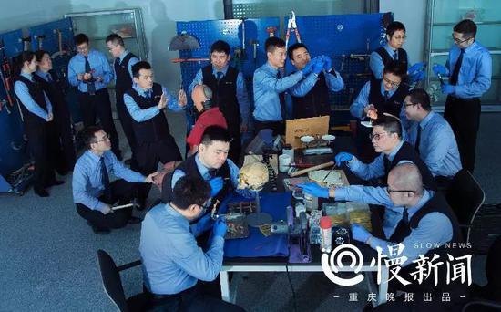 ▲重庆市公安局刑侦总队法医科致伤工具实验室,每个人手里的工作,都在讲述一个案件背后的故事