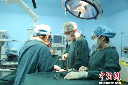 在催产不顺的情况下,妇产科团队决定立即为小英行剖宫产手术 金南星 摄