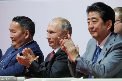 普京与日本和蒙古国领导人一起看柔道赛。(视觉中国)